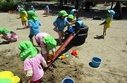 すずらん・ゆり組の砂遊び